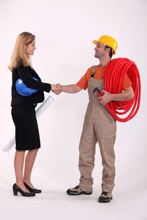 comunicacion no verbal: Profesional de Negocios de estrechar la mano de un comerciante de