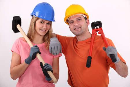 casco rojo: El hombre y la mujer con un martillo