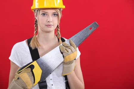 serrucho: Mujer con una sierra