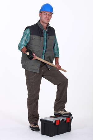calzado de seguridad: Retrato de un comerciante de la celebración de un mazo Foto de archivo