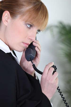 clavados: Empresaria con una conversación telefónica Foto de archivo