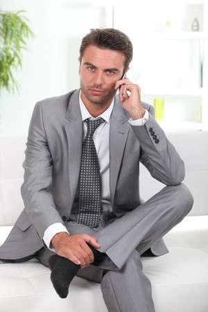 traje: El hombre en un traje hablando por tel�fono m�vil Foto de archivo