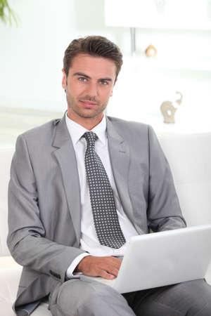bel homme: Homme d'affaires utilisant un ordinateur portable