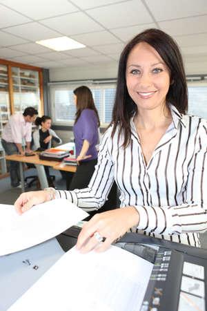 fotocopiadora: Sonriente mujer con una fotocopiadora