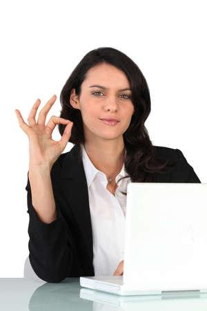 assentiment: Femme gesticulant Banque d'images