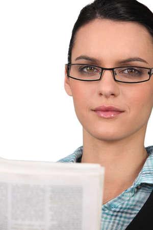 joven empresaria leer el peri�dico Foto de archivo - 13882698