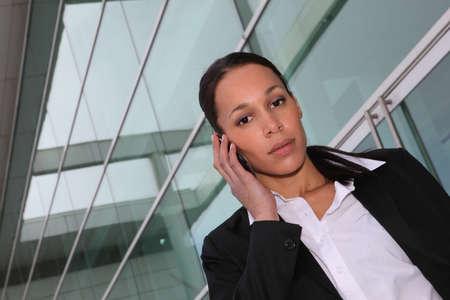 Mujer ejecutiva usando un tel�fono celular Foto de archivo - 13883694