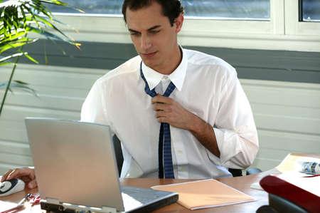 sudando: Oficinista estresado aflojándose la corbata