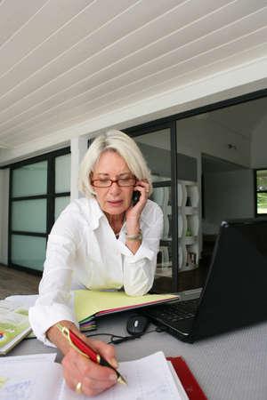 mujeres ancianas: empresaria principal de trabajo en el hogar Foto de archivo