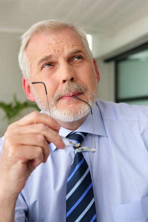 hombre preocupado: Un hombre de negocios con experiencia profunda en el pensamiento