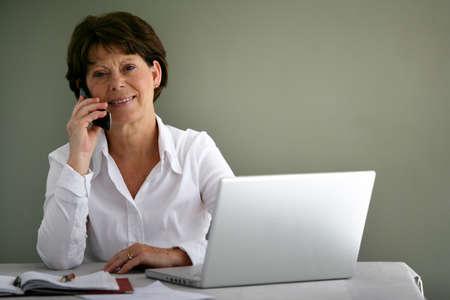 De mediana edad empleado de oficina en su escritorio Foto de archivo - 13884826