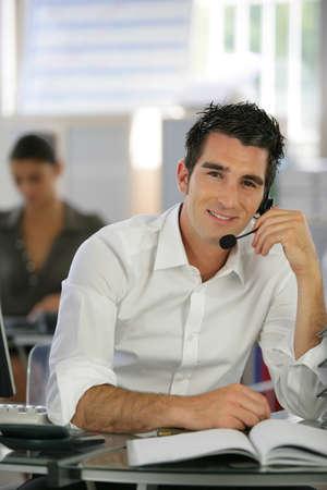 Un homme au bureau de parler avec un micro Banque d'images - 13851895
