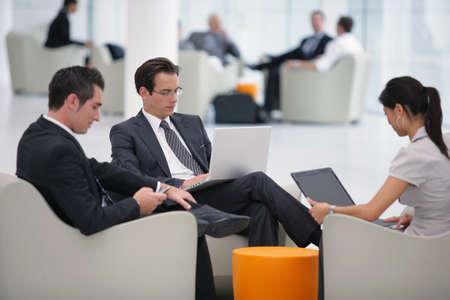 La gente de negocios que esperan en el aeropuerto