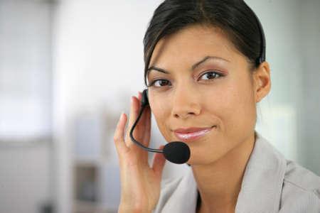 personas comunicandose: La mujer llevaba un auricular Foto de archivo