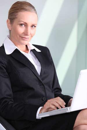 Empresaria con la computadora port�til. Foto de archivo - 13882559
