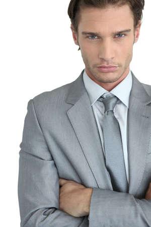 ojos azules: Joven empresario con los brazos cruzados Foto de archivo