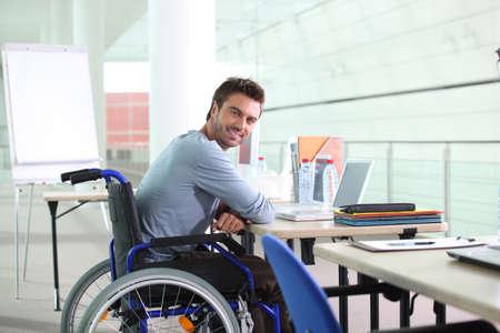 silla de ruedas: trabajador con discapacidad