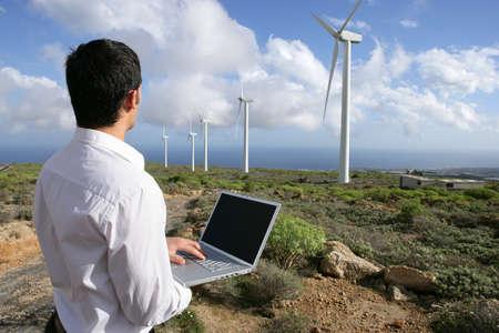 sustentabilidad: El hombre con el portátil en el parque eólico