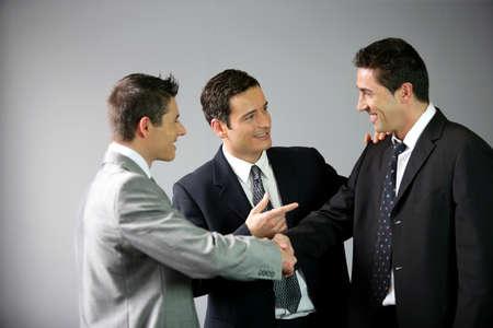 amigas conversando: Tres hombres de negocios riendo