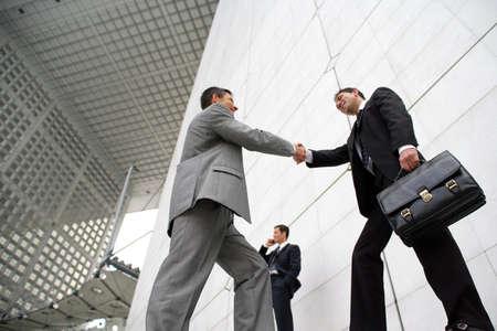 mani che si stringono: Gli uomini d'affari stringe la mano al di fuori Archivio Fotografico