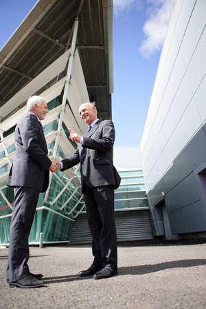 manos unidas: Dos hombres de negocios de alto nivel temblor de las manos Foto de archivo