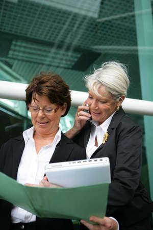 damas antiguas: Dos mujeres de negocios de alto nivel con carpetas Foto de archivo