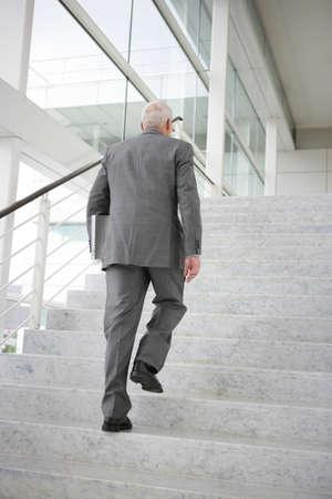 schody: Szary włosach biznesmen wspinaczka kroki Zdjęcie Seryjne