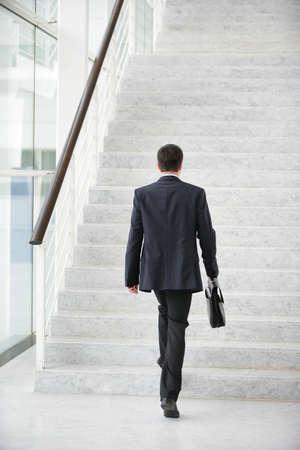 subiendo escaleras: Hombre de negocios subir las escaleras Foto de archivo