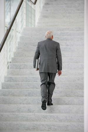 climbing stairs: hombre de negocios senior de subir las escaleras