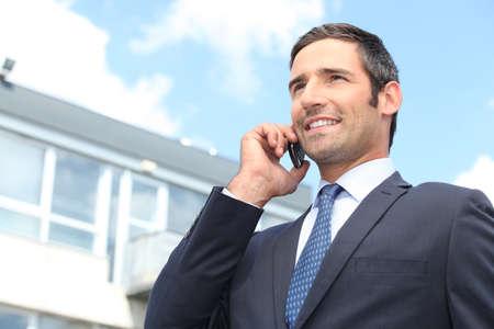 administrador de empresas: Hombre de negocios usando un teléfono móvil