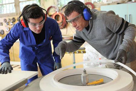 Gli uomini che lavorano in una fabbrica