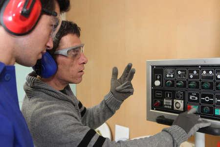 apprenti: Apprenti dans une usine
