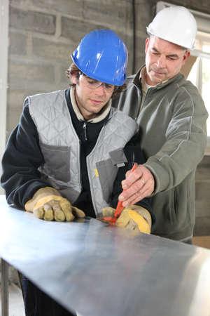 artesano: Aprendiz y el capataz en el sitio de construcci�n Foto de archivo