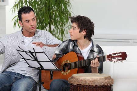 Vater und Sohn mit einer Gitarre