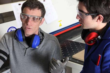 apprenti: Ouvrier d'usine expliquer quelque chose � un coll�gue