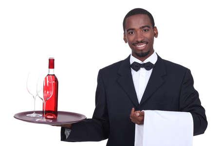 camarero: Camarero que sostiene una bandeja Foto de archivo