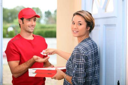 Man delivering pizza Standard-Bild