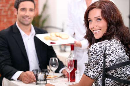 dia y noche: Pareja comiendo en un restaurante