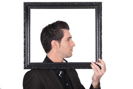 arrogancia: El hombre la celebraci�n de un marco alrededor de la cabeza