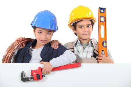 niños vistiendose: Niños disfrazados de constructores