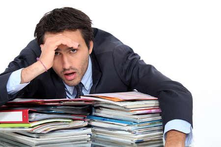 indebtedness: Stressato uomo sotto un sacco di pressione sul lavoro