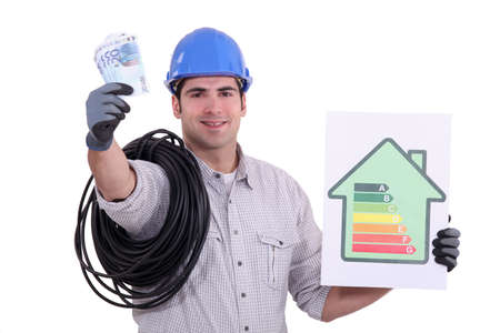 auditoría: un electricista que muestra una tabla de la clase energética