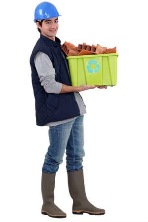 Jeune commerçant de prendre le recyclage