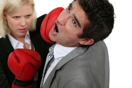 mujer golpeada: el boxeo de negocios rubia a un colega