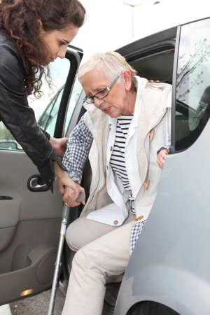 haushaltshilfe: Oma mit homehelper im Freien