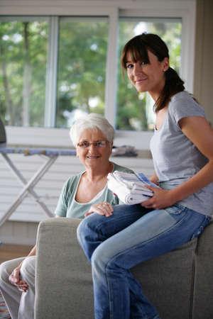 vida social: Trabajar para ayudar a los ancianos Foto de archivo