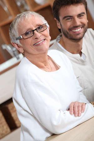 aide � la personne: jeune homme avec femme plus �g�e