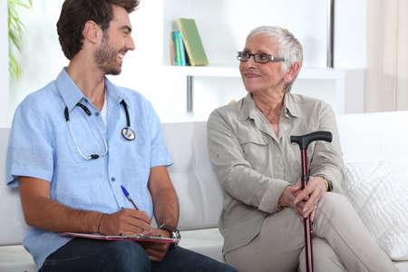 Superior de la mujer hablando con un joven médico