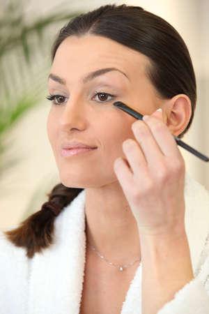 mujer maquillandose: Mujer aplicaci�n de maquillaje Foto de archivo