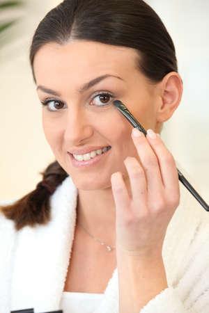 mujer maquillandose: la mujer de aplicar el maquillaje